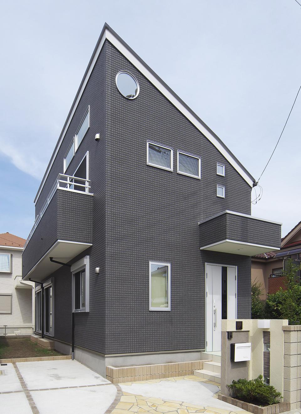 三角屋根と丸窓が印象的な外観