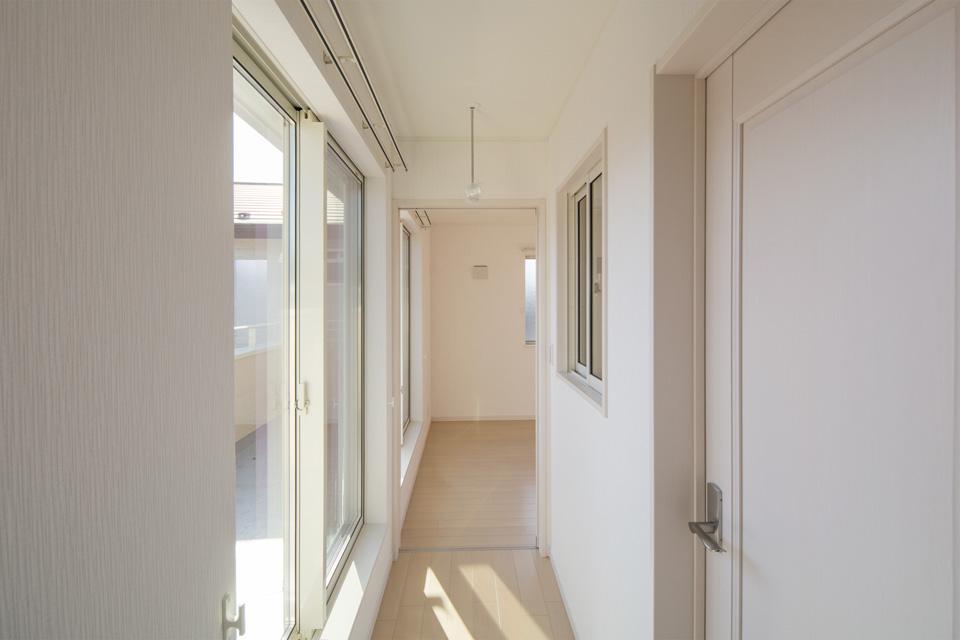 部屋の中を通らず廊下からバルコニーに出られる、家事動線に嬉しい設計。
