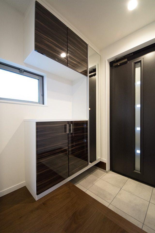 鏡面扉がエレガントな雰囲気を演出するコの字型玄関収納