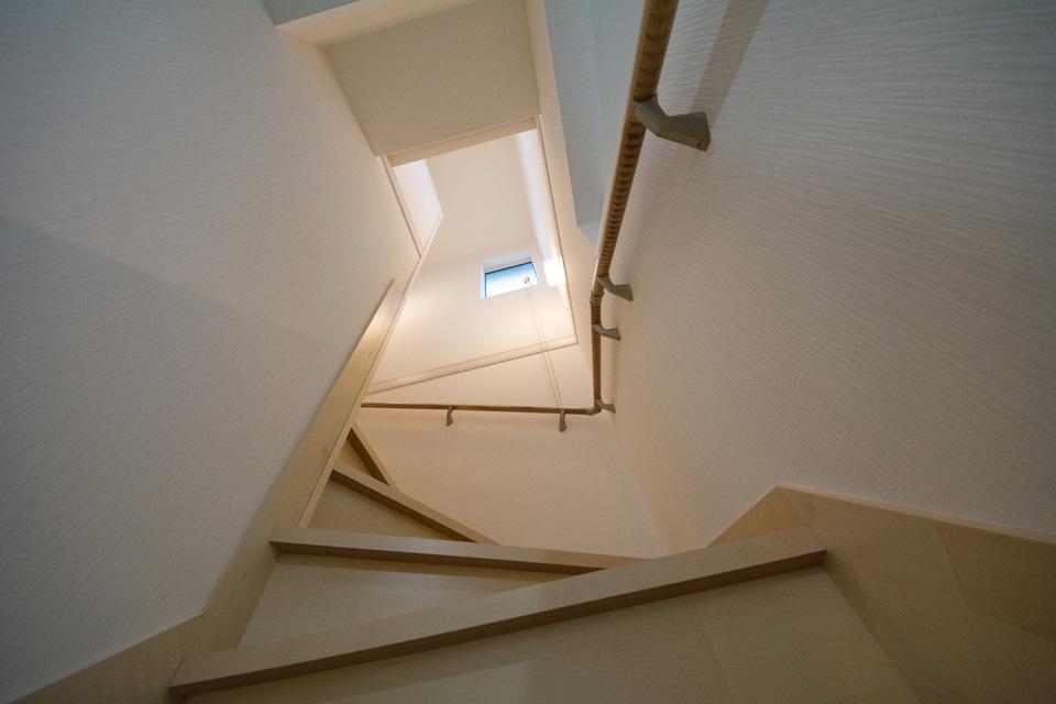 手すりのある階段には温かみのある照明を使用