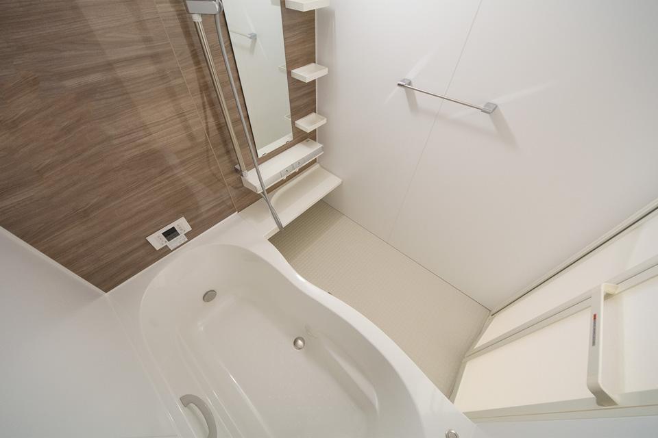 ゆったりとした浴槽のバスルーム