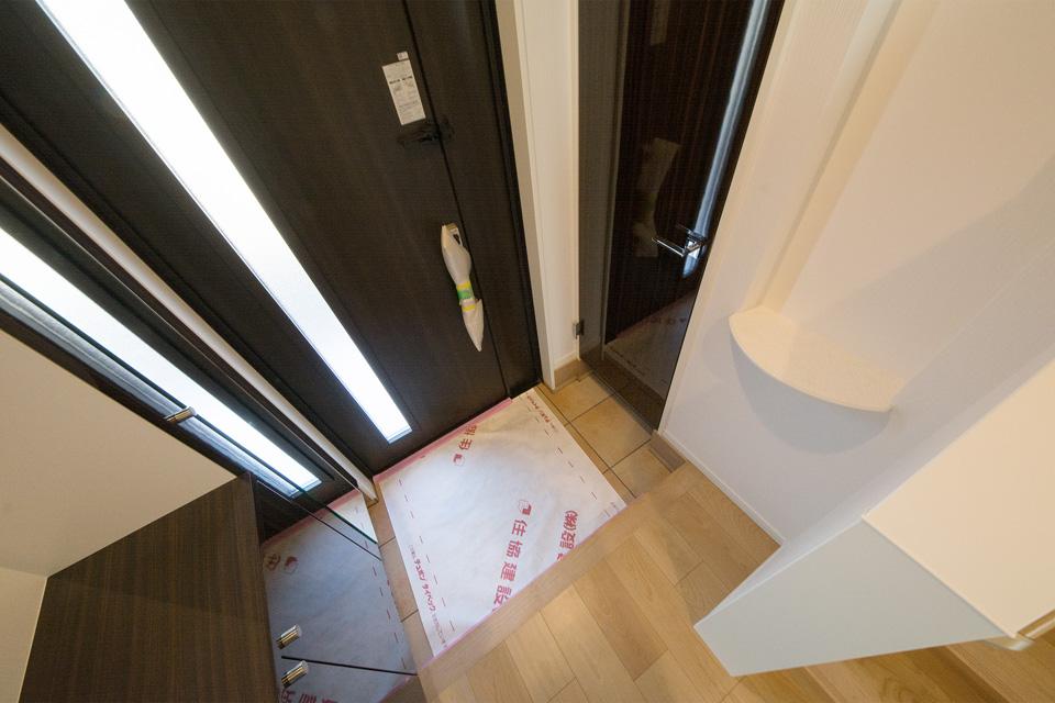 シューズインクローゼットを備えた、明るく開放感のある玄関。