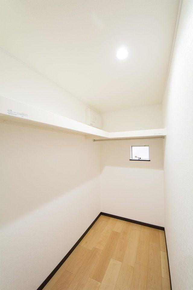 廊下突き当りを利用したウォークインクローゼット。サニタリールーム横にあるのでとっても便利です。