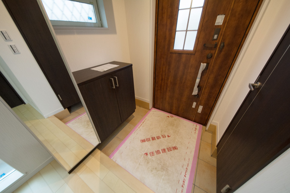 姿見のついた棚やシューズインクロークを設置した便利な玄関スペース