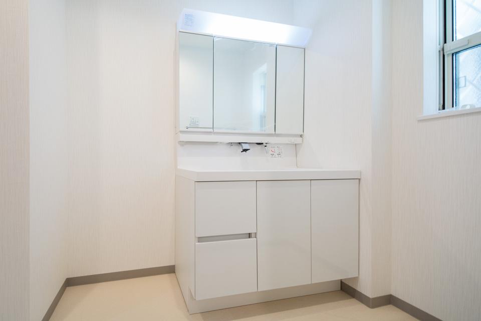 白を基調とした清潔感のある洗面所。