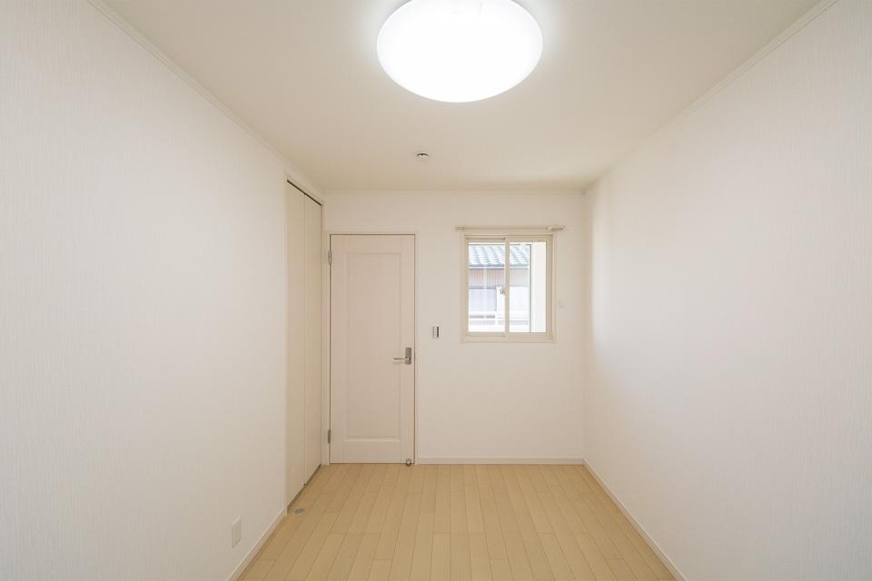 廊下側にも設置した窓からは優しい光が部屋全体を包みます。