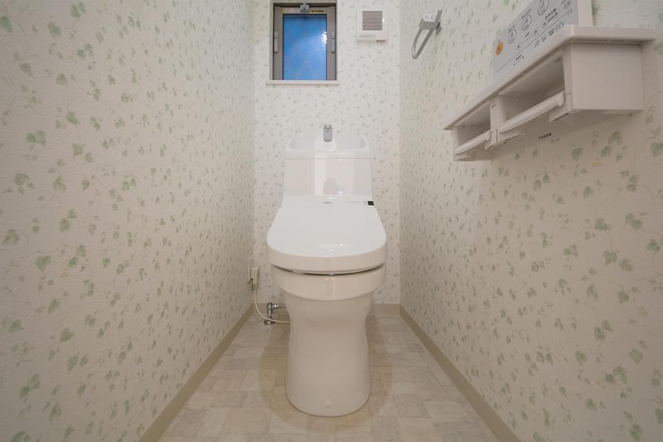 さわやかなグリーンのリーフ柄アクセントクロスを使用した1階トイレ