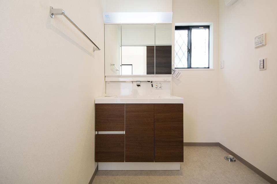 清潔感を感じさせるサニタリールーム。お手入れのしやすいビルトイン水栓。