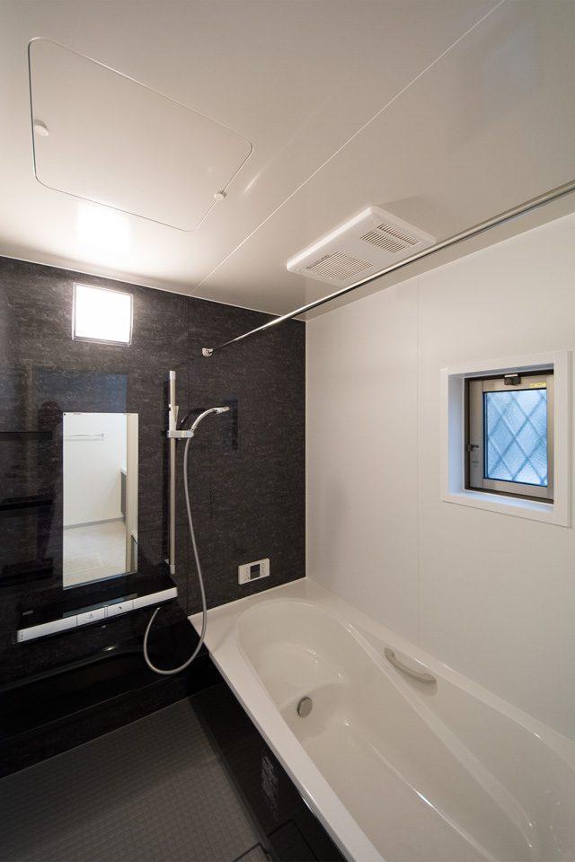 洗面室同様黒と白のコントラストが清潔感ある寛ぎのスペースを演出。