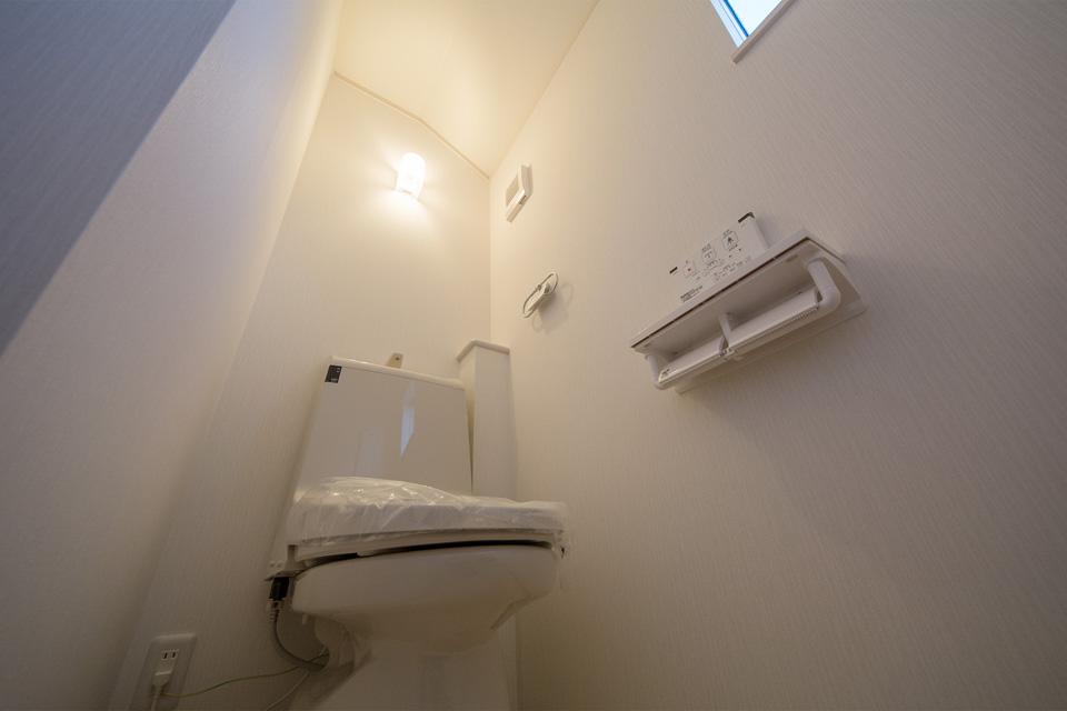 2 階トイレにも便利な壁リモコン付トイレ。