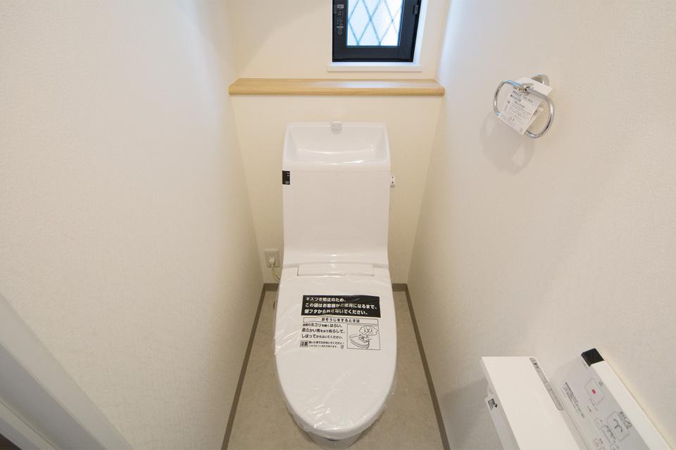 1 階トイレは清潔感を感じさせる白を基調に。
