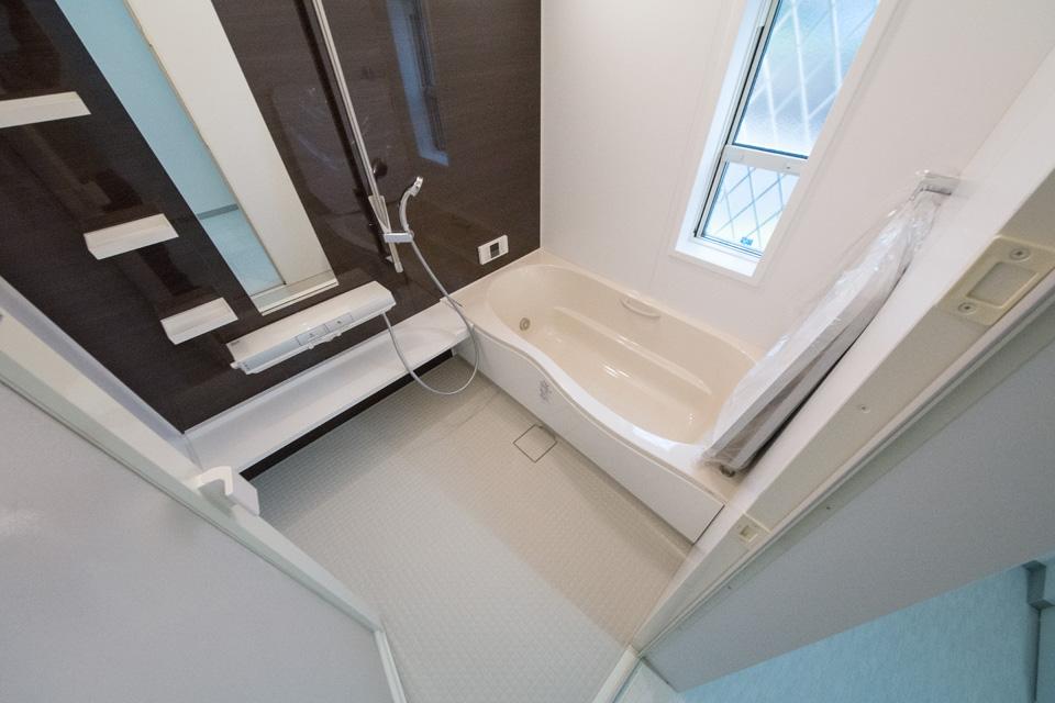指一本でお湯が出せるプッシュ水栓を使用したバスルーム