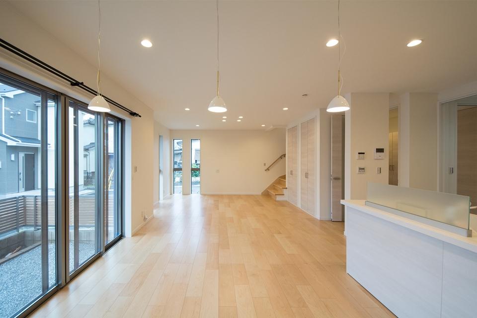 20 帖ほどのリビングには、居間スペース・ダイニングスペースそれぞれの床部分に床暖房を設置。