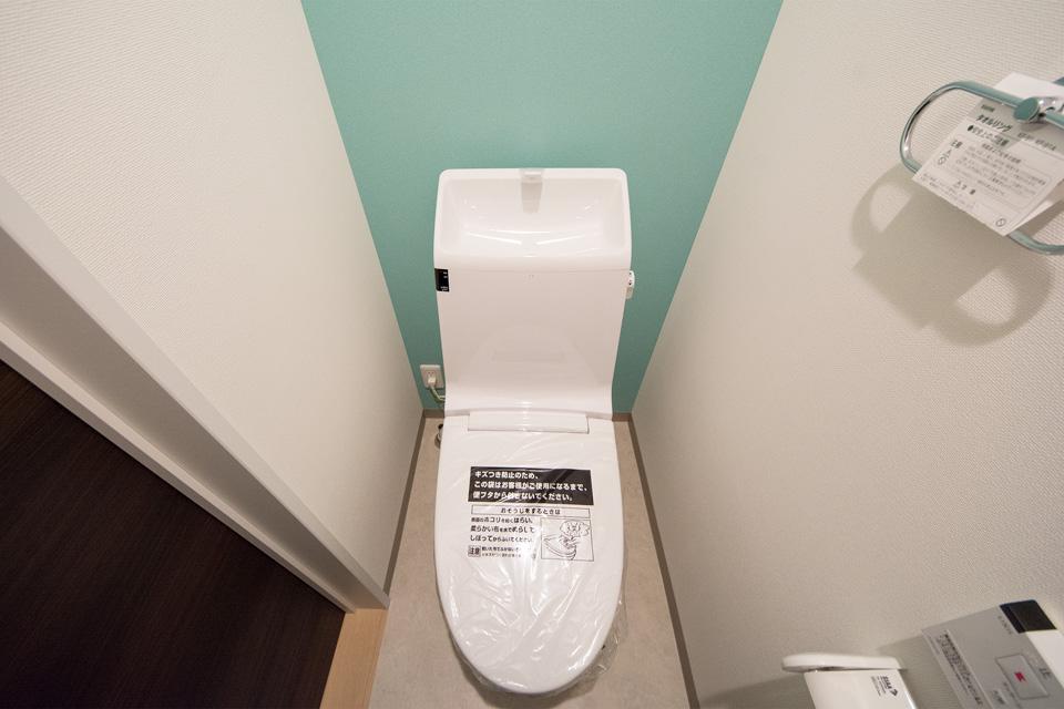 2 階トイレはさわやかな印象を与えるライトブルーのクロスが印象的。