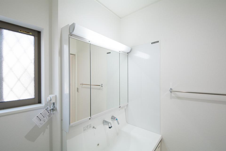 壁側には、お手入れのしやすいホーロークリーン洗面パネルを備えました。