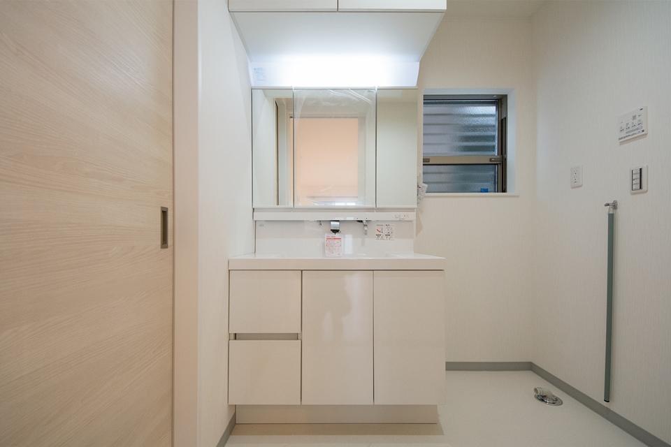 白を基調とした配色が清潔感を感じさせるサニタリールーム。お手入れのしやすいビルトイン水栓。