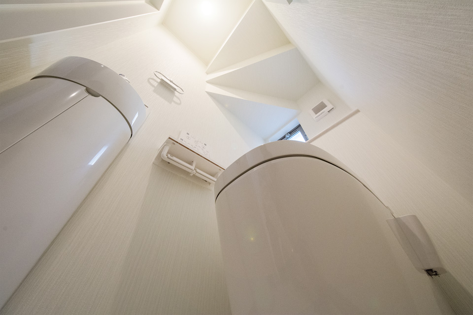 見た目がすっきりして広く感じ、お掃除に便利なタンクレストイレ。