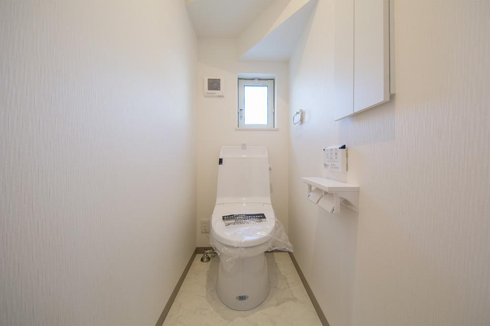 便利な壁リモコン付き1 階トイレ