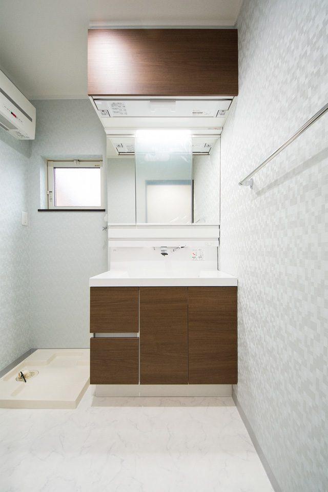 2階サニタリールーム。洗面化粧台は、お手入れしやすいビルトインタイプの水栓。