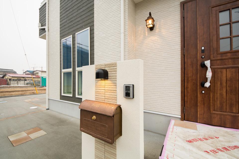 アンティーク風のドアやポストがアクセントとなった玄関