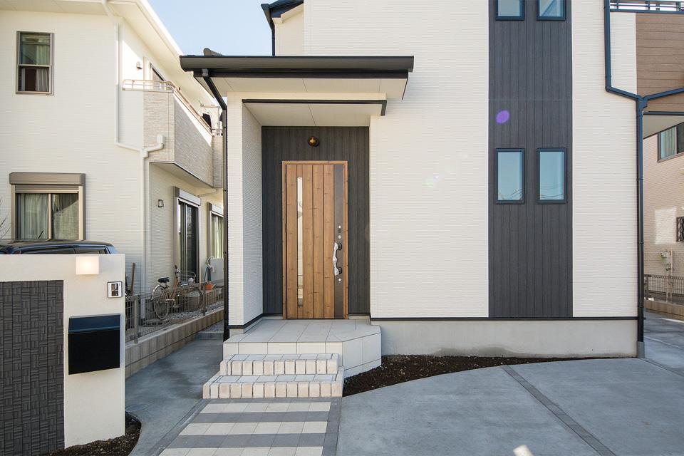 木の温もりや風合いを感じるアンティーク調の玄関ドアが印象的です。