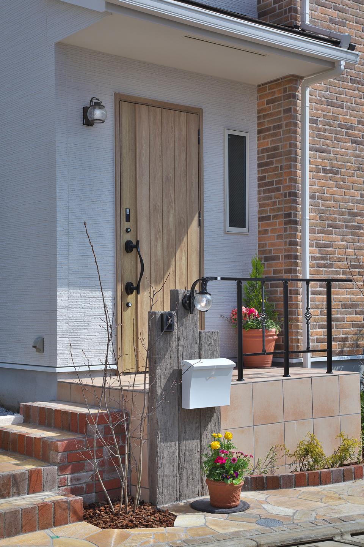 こだわりの外構や門柱のある玄関