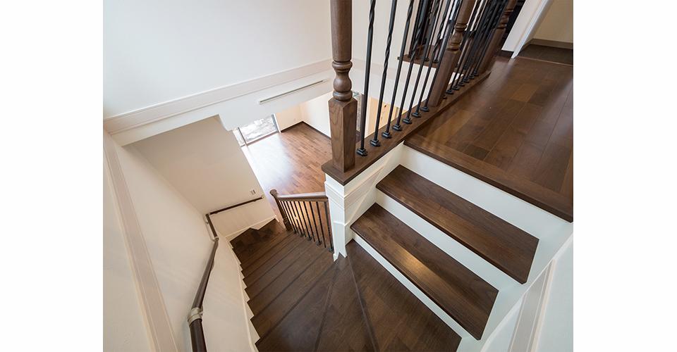 重厚感ある木材の手摺が印象的な階段。デザイン性と上質感をプラスします。