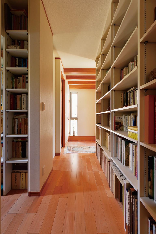 図書館のように廊下壁面にびっしりと本棚を設計。動線を妨げず、スペースを有効利用