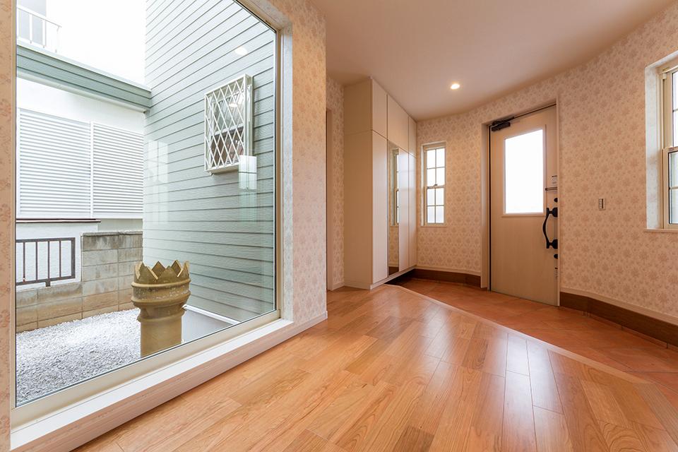 大きな窓がある広々とした玄関スペース。玄関でも楽しい時間が過ごせそうです。