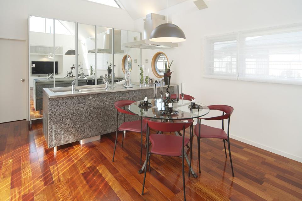 収納を鏡にすることで広さを演出したキッチン