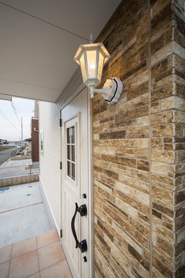 玄関をやさしい光で包み込むポーチライト
