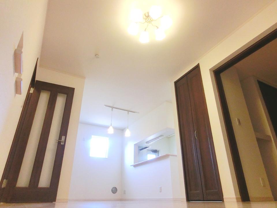 リビングスペースは品のある照明を使用