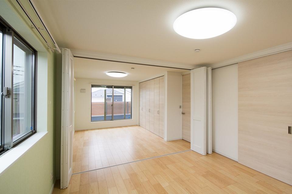 グリーン系のアクセントクロスが部屋全体を明るくさわやかに演出。