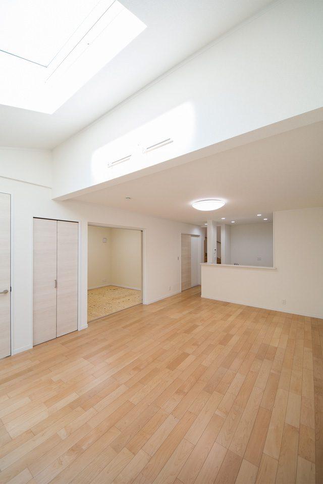 勾配天井とトップライトが明るく開放感のある空間をつくります。