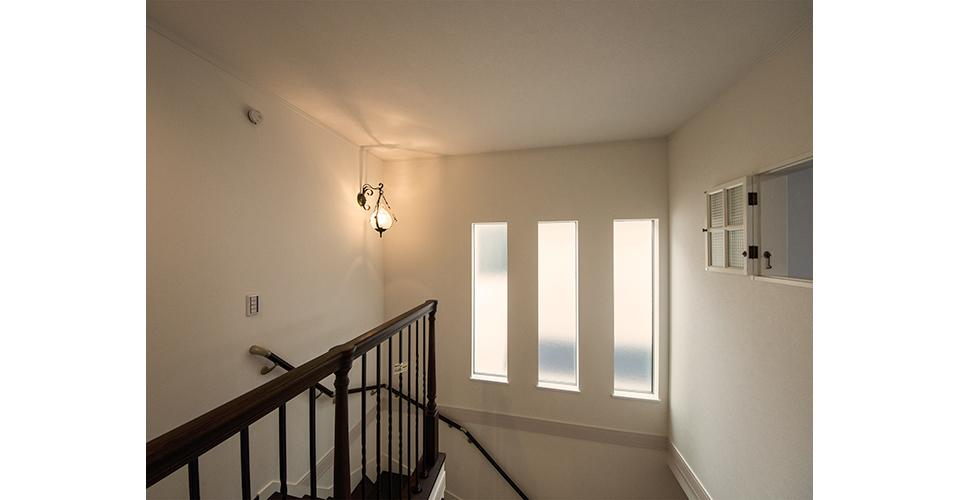 縦に大きくとった3つの窓から淡くやさしい光が差し込みます。