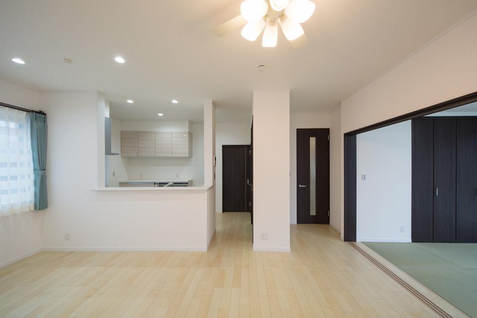 畳敷きの洋室の引き戸には3枚扉を使用し開放感を演出
