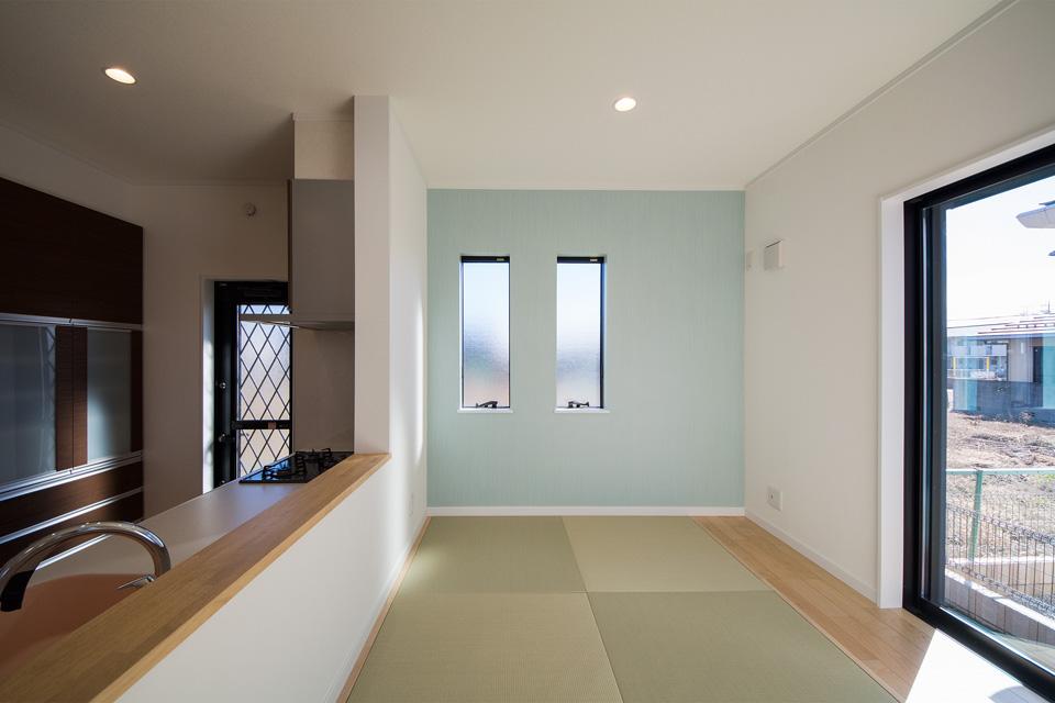 小上がりになった畳敷きダイニングは、ゆったり家族団らんを楽しむスペースとして大活躍すること間違いなし。