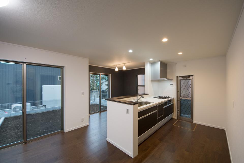 室内の配色に合わせた開放感あるキッチン。
