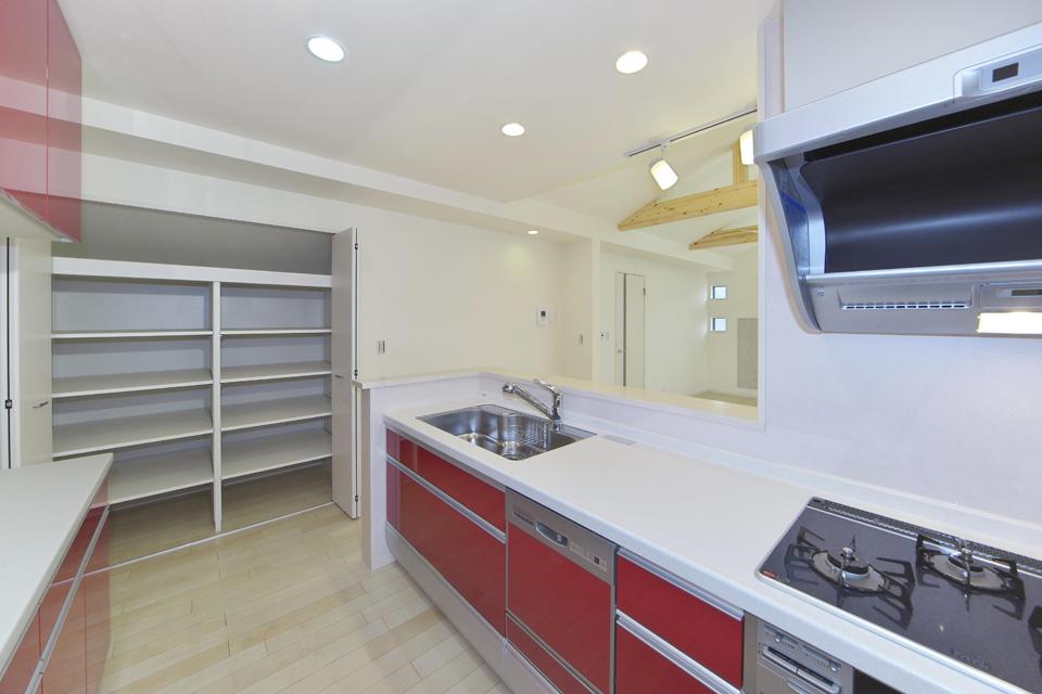 赤いキッチンでおしゃれに 収納もたくさんあります