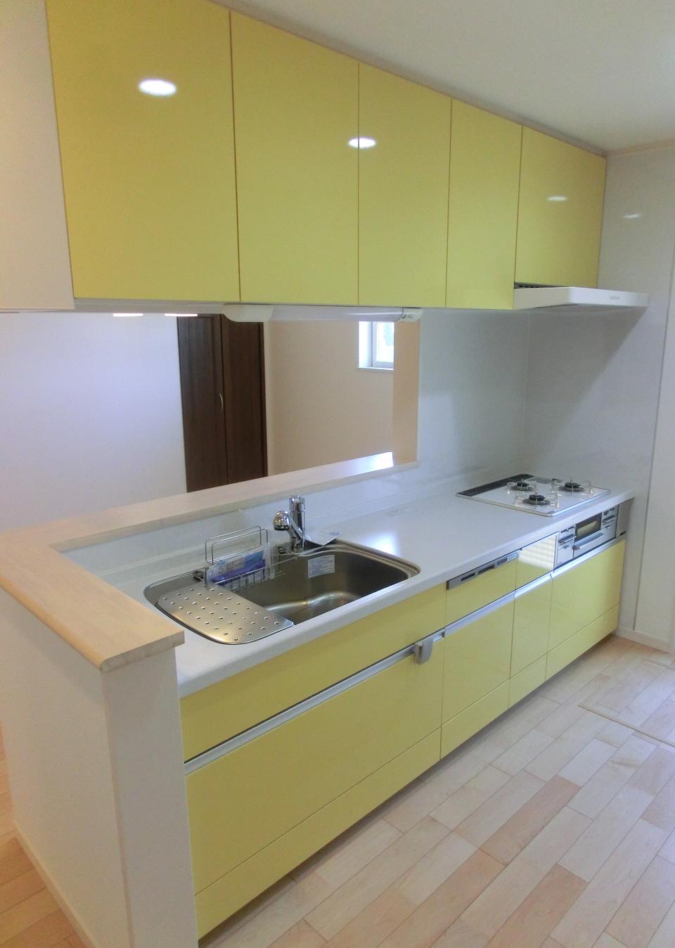 明るく爽やかな黄色いキッチン