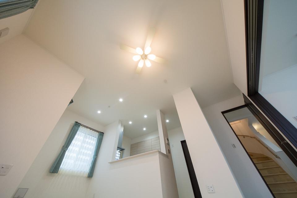 高い天井に設置されたシーリングファンライトが家族の団らんの空間を照らします
