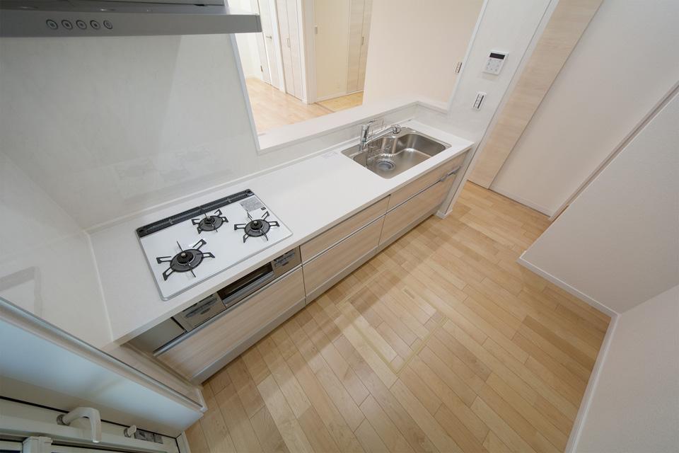 収納に便利な床下収納を備えたキッチンスペース