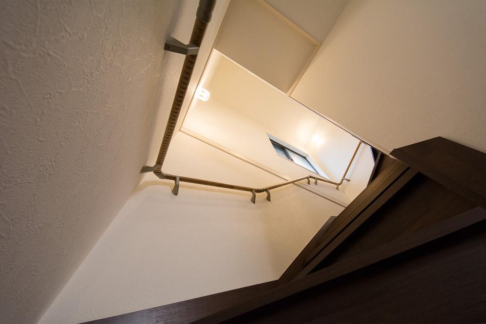明るく開放感ある階段は、傷が付きにくくワックス不要の塗装を施してます。