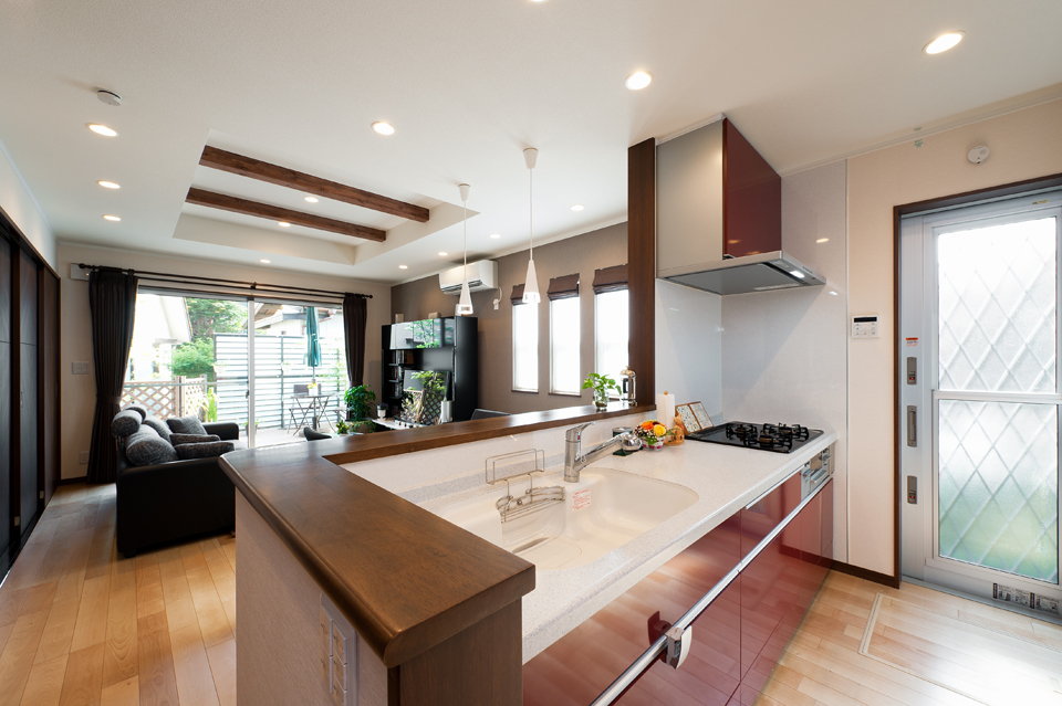リビビットカラーのキッチン 標準の吊戸棚は、背面に設けてオープンなつくりに