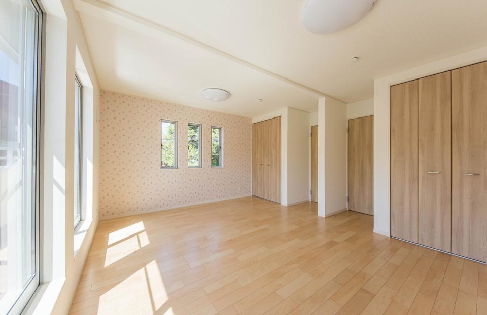 将来は2部屋に分割できるよう設計された2階の洋室
