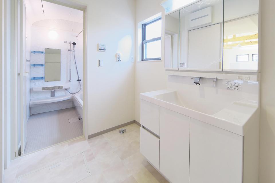 充実した設備の浴室と洗面室