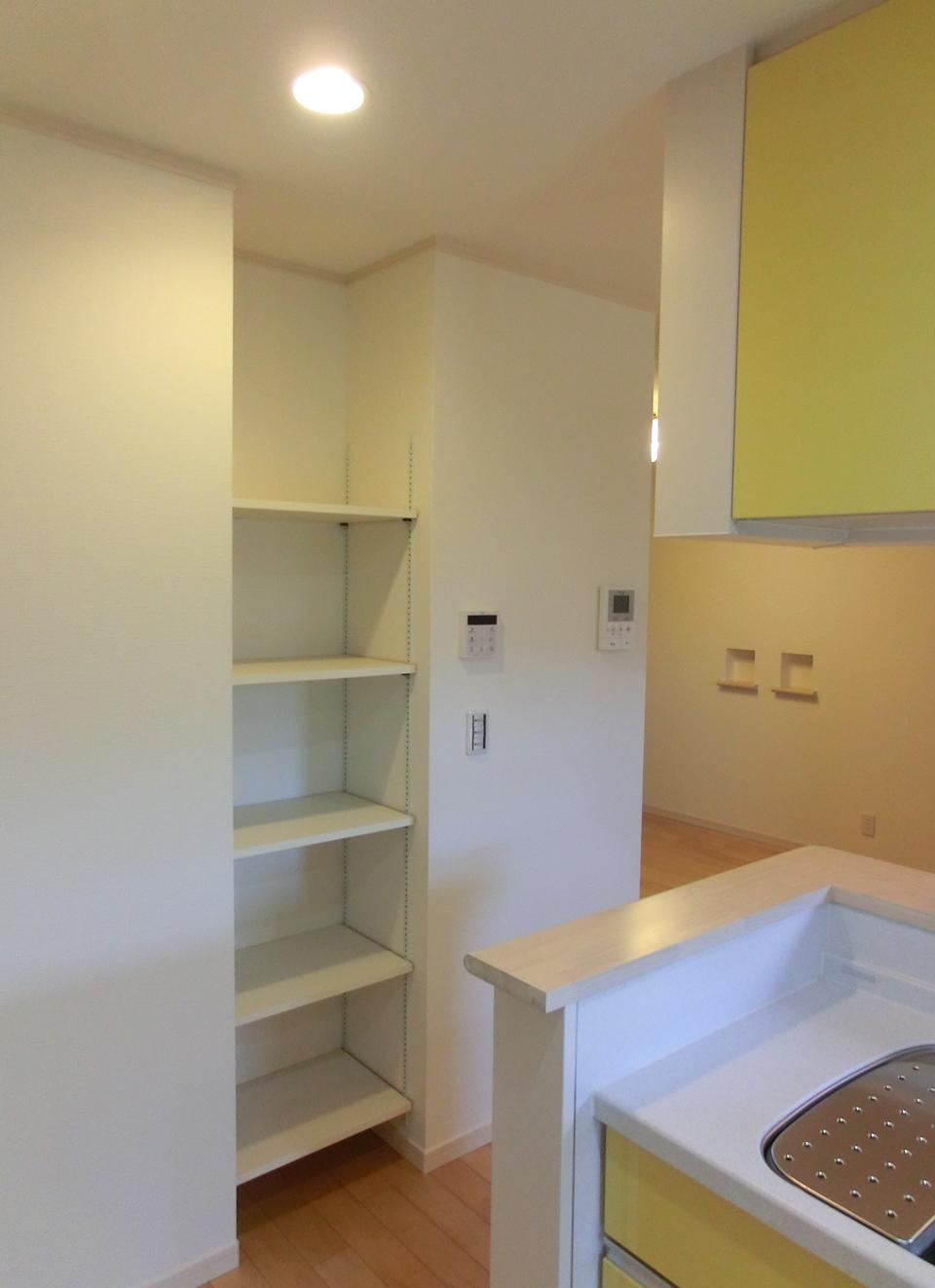 キッチン横には便利な収納棚