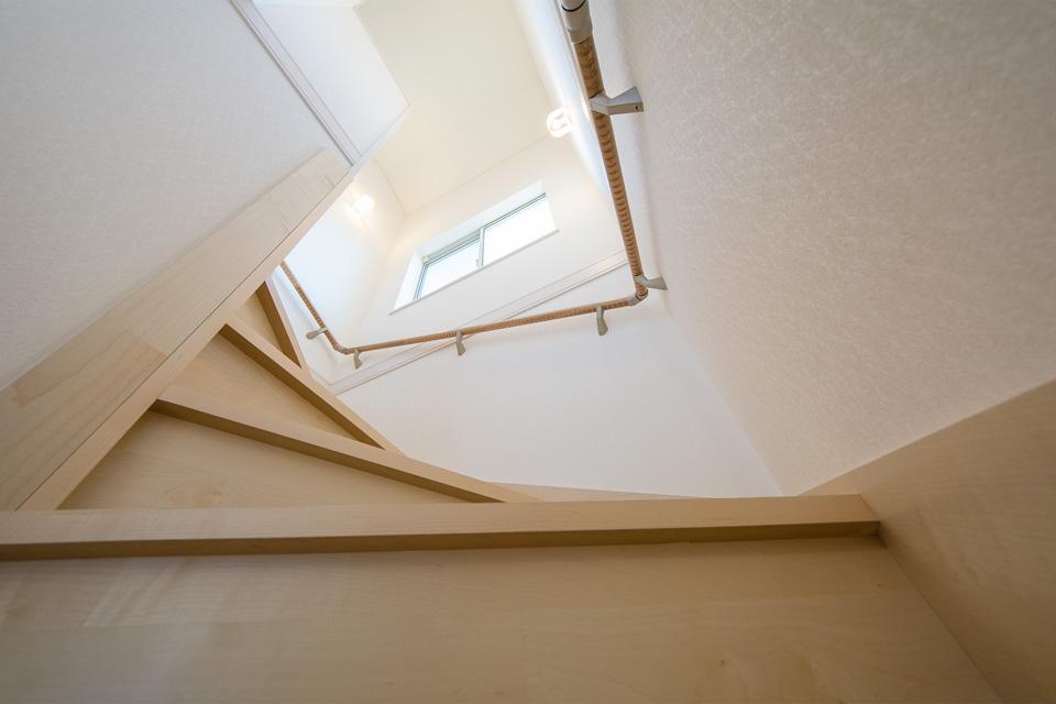 リビングイン階段―リビング側階段入口に扉を設置。冷暖房効率を良くするための工夫も。