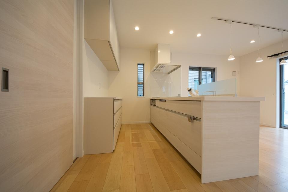 ベージュ系石木調清潔感あるキッチン。