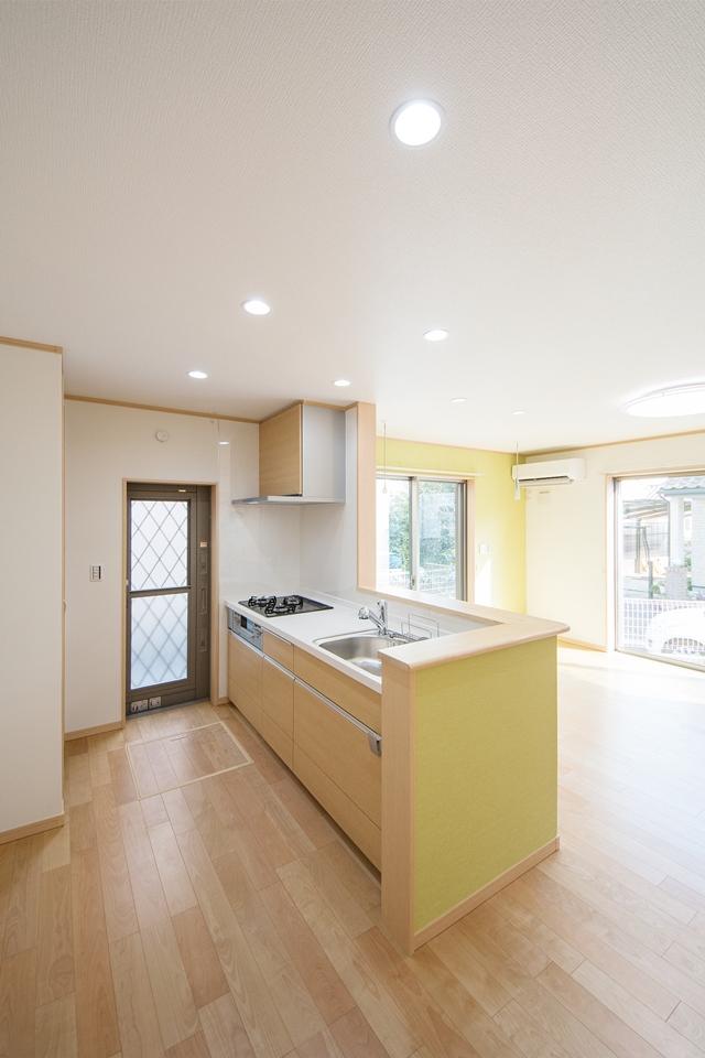 明るく開放感のあるキッチン。